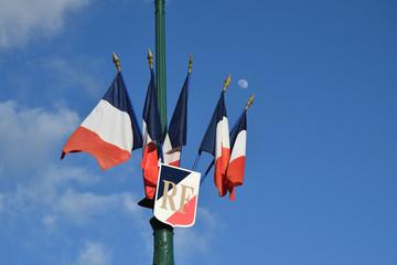 Drapeaux français sur fond de ciel bleu avec la lune.