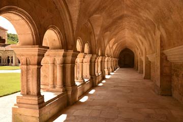 Cloître de l'abbaye royale cistercienne de Fontenay en Bourgogne, France