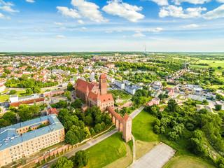 Kwidzyn z lotu ptaka. Krajobraz miasta widziany z powietrza z zamkiem, teatrem, katedrą i horyzontem.