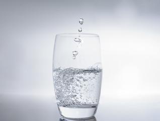 Wasser spritzt in das Glas - Trinkwasser