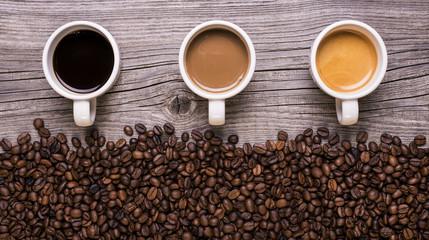 Fotobehang koffiebar varietà di caffè in tazzina su sfondo legno