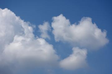 青空と雲「空想・雲のモンスターたち」家族、ファミリー、子育て、育児、幸福、戯れるなどのイメージ