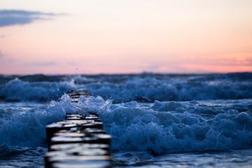 Foto auf AluDibond Nordsee Bune im Meer im Sonnenaufgang