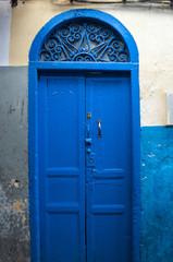 Foto op Canvas Marokko Marocco: una porta nei vicoli di Tangeri, la città della costa del Maghreb famosa per il suo mix di culture, per secoli porta d'accesso dell'Europa all'Africa