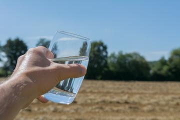 Wasserglas in der Hand halten - Mineralwasser