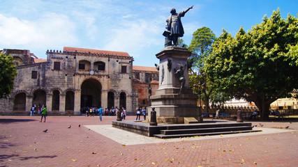 Poster de jardin Monument Parque Plaza Colón, Basílica Catedral Metropolitana Santa María de la Encarnación Primada de América y Monumento a Cristobal Colón.