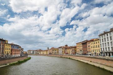 Historyczne budynki wzdłuż rzeki Arno w Pizie, Włochy