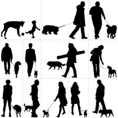 Personnes promenant leur chien
