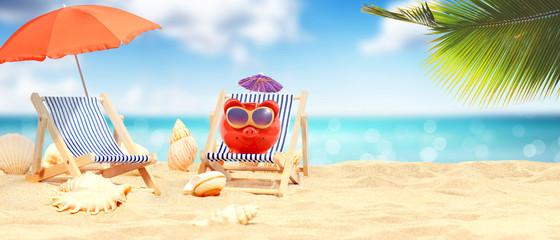 Schöner Strand mit Sparschwein - Urlaub Konzept