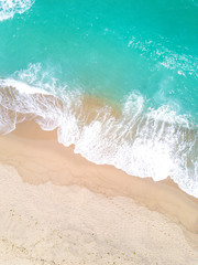 Fototapete - Aerial view of sandy beach and ocean with waves