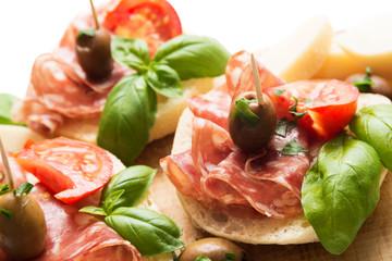 Zelfklevend Fotobehang Voorgerecht Stuzzichini di pane, salame e formaggio, Italian Appetizers