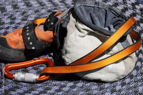 Kletterausrüstung : Kletterausrüstung einem klettergurt und seil neben liegen