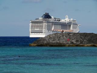 Kreuzfahrtschiff ankert vor Bahamas