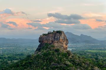 Der Fels Sigiriya im Abendrot von Sri Lanka