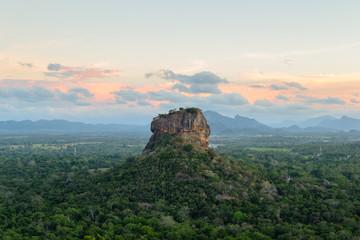 Die historische Felsfestung Sigiriya umgeben von einer atemberaubenden Landschaft