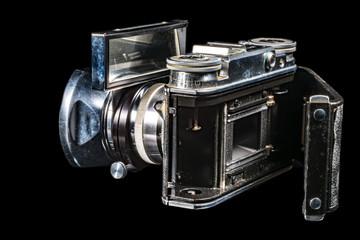 Alter Fotoapparat freigestellt auf schwarz