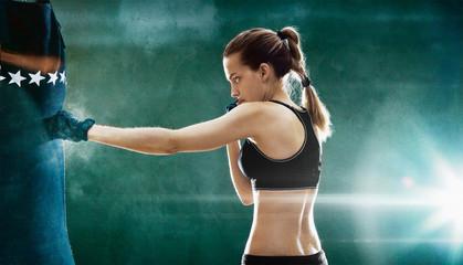Donna boxeur tira pugni a sacco, sportiva