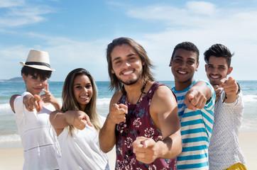 Internationale Jugendliche zeigen zur Kamera