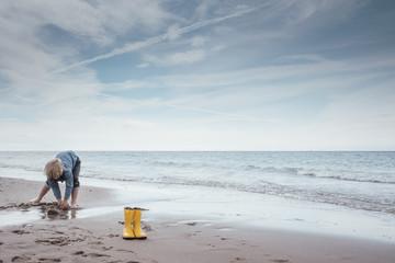 Junge spielt am Strand