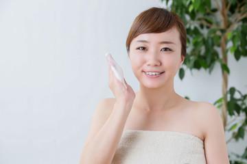 泡洗顔する女性