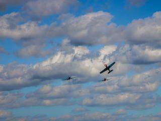 Спортивный самолет в небе и след от него