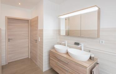 Modernes Badezimmer in Brauntönen mit LED-Spots