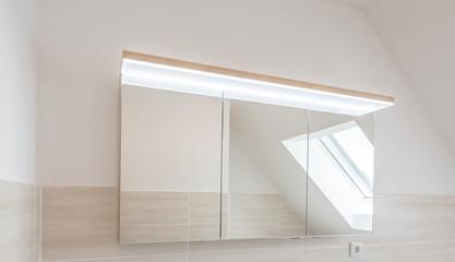 Moderner Bad-Spiegelschrank mit LED-Beleuchtung