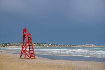 Verwaister Stuhl eines Bademeisters nach dem Unwetter