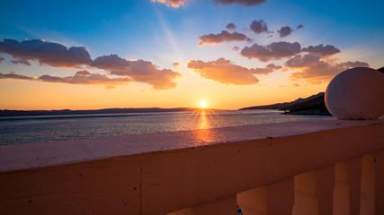 Blick vom Balkon auf den Sonnenuntergang über dem Meer