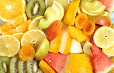 Spoed Foto op Canvas Keuken фрукты разные лежат на столе порезанные и яркие