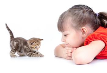 Papier Peint - Happy kid looking on playing kitten isolated