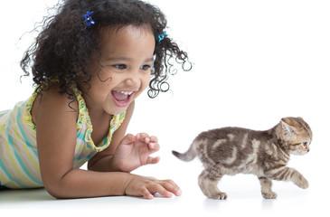 Papier Peint - Happy kid girl playing with kitten