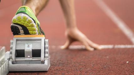 Detailaufnahme eines Athleten beim Sprintstart in der Leichtathletik