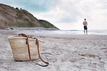 Strandtasche und Mann am Meer