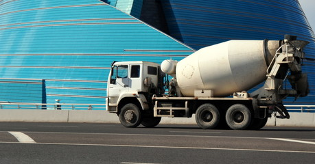 LKW-Fahrmischer mit Beton unterwegs zur Baustelle