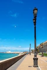 Promenade am Strand von Cadiz in Andalusien