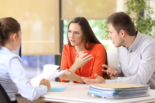 Couple arguing in a marriage consultory