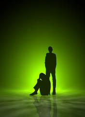Frau,traurig/verletzt und Mann stehend Hochformat