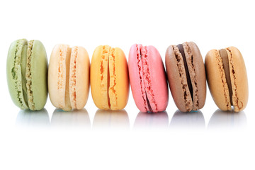 Aluminium Prints Macarons Macarons Kekse Nachtisch Dessert aus Frankreich in einer Reihe Freisteller