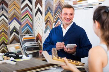 seller talking to customer