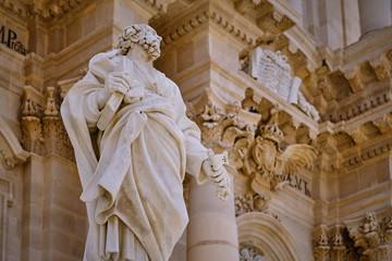Duomo di Siracusa, particolare con statua di S. Pietro Fototapete
