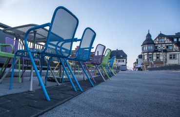 Pastelfarbene Stuhlreihe eines Restaurants bei den Brückenhäusern in Bad Kreuznach