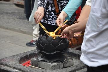 Lightning up incense sticks