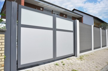 Modernes Einfahrtstor in der Hauszufahrt