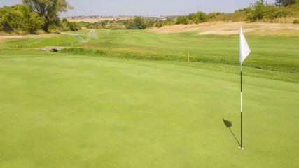 Dettaglio della buca finale di percorso di un campo di golf. Il prato fa parte di un ampio e ricco circolo di golf italiano frequentato dai migliori giocatori del panorama sportivo.