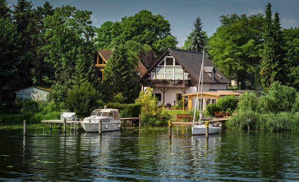 Haus mit Boot