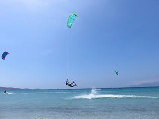 Kite surfeur réalisant un saut vers l'avant