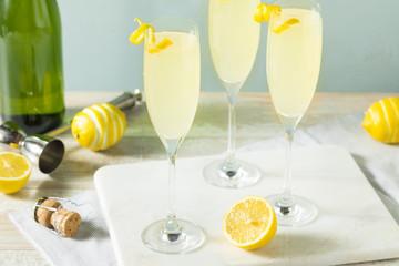 Fototapete - Boozy Bubbly Lemon French 75 Cocktail