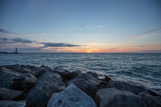 Sonnenuntergang an der Hafeneinfahrt von Rostock Warnemünde
