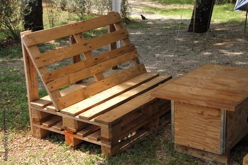 Sessel und Tische aus Paletten\